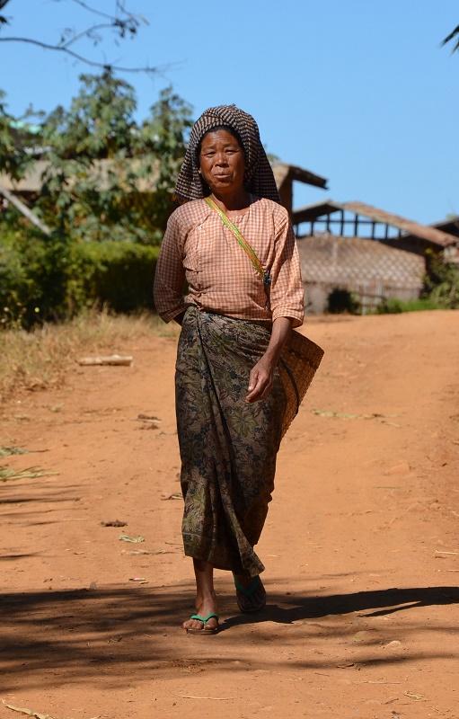 25 - Femme marchant
