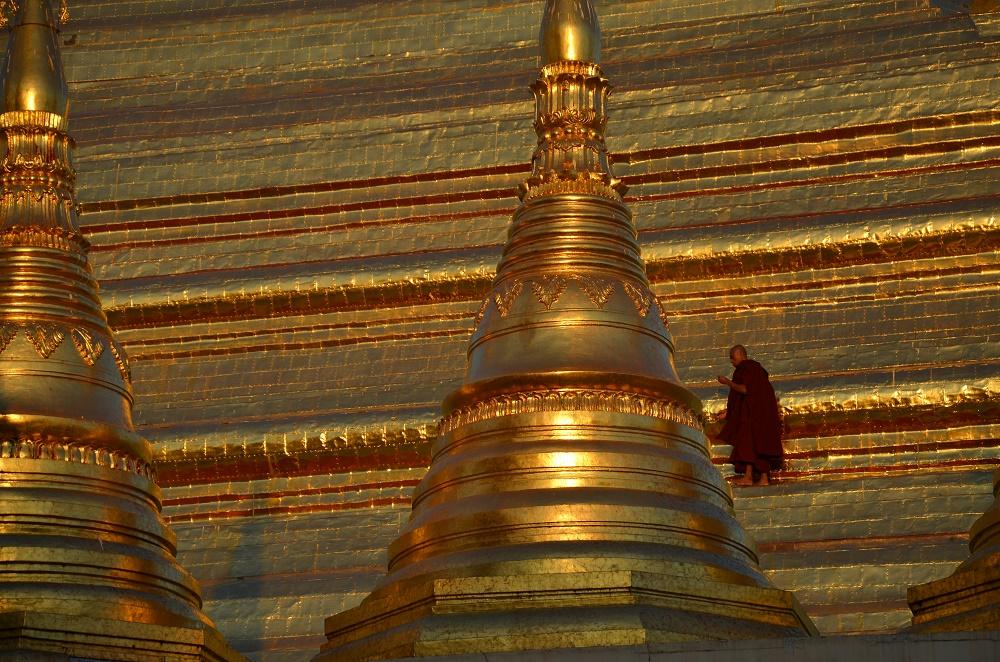 25 - moine en haut de la pagode