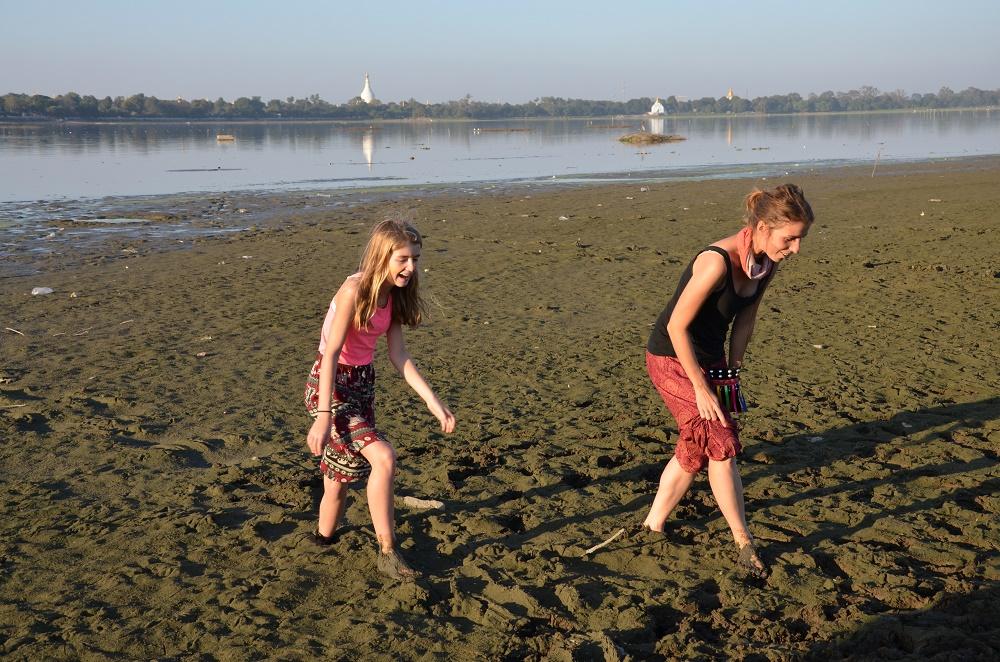 12 - Les filles dans la boue