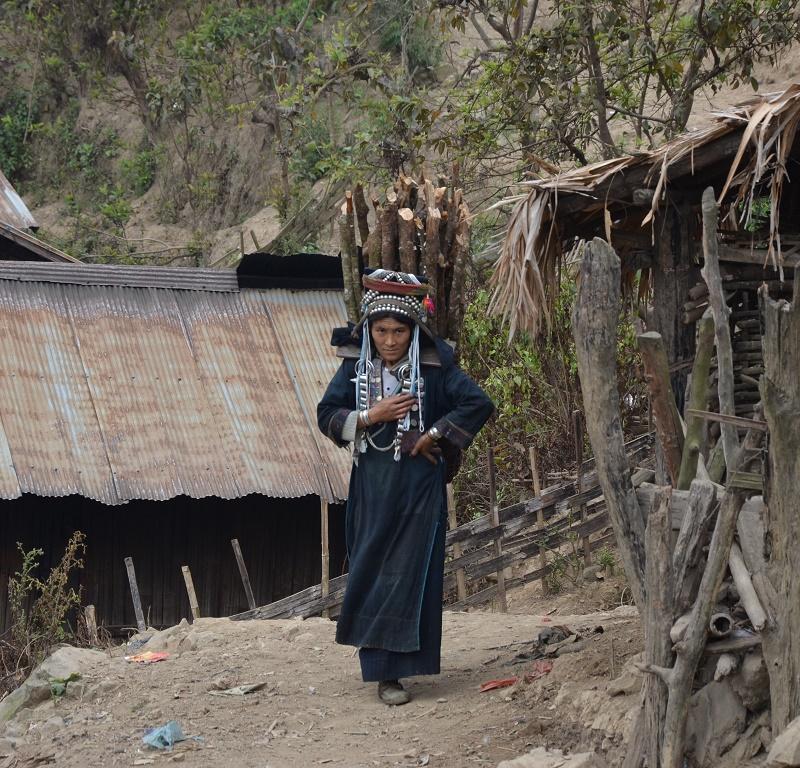 42 - Femme qui porte du bois