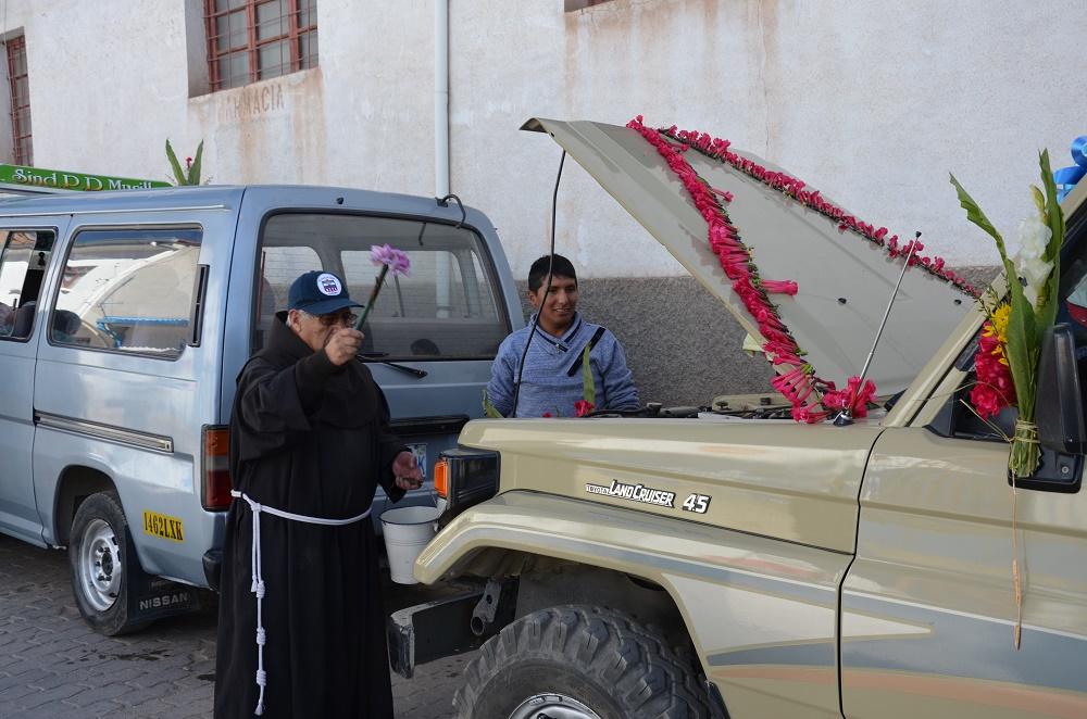 05 - le prêtre baptise la voiture